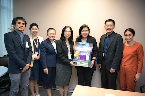 มอบของที่ระลึกในโอกาสวันขึ้นปีใหม่ 2562 แก่ผู้ช่วยบริหารงานประธานคณะผู้บริหาร บริษัท ทรู คอร์ปอเรชั่น จำกัด (มหาชน)