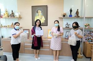 ผู้อำนวยการโรงเรียนพยาบาลรามาธิบดี ให้เกียรติรับมอบอาหารกล่อง จาก ทีมงานร้าน ใสสละ จังหวัดชลบุรี สนับสนุนอาหารร้าน Covent Garden Market Thailand