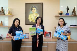 ผู้อำนวยการโรงเรียนพยาบาลรามาธิบดี ให้เกียรติรับมอบหน้ากากอนามัย จาก คุณอพัชชา วิเศษกุล