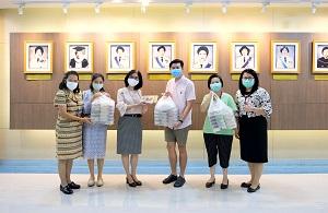 ผู้อำนวยการโรงเรียนพยาบาลรามาธิบดี พร้อมด้วยทีมบริหาร ให้เกียรติรับมอบอาหารกล่อง จาก ครัวเจ๊บี และบริษัท เอเออาร์ จำกัด