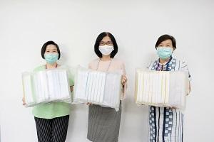 ผู้อำนวยการโรงเรียนพยาบาลรามาธิบดี และผู้บริหารโรงเรียนพยาบาลรามาธิบดีให้เกียรติรับมอบ Face Shield 240 ชิ้น จาก คุณสุภาวดี วรวิทย์ลิขิต และครอบครัว โดยมี ผู้ช่วยศาสตราจารย์ ดร.กุสุมา คุววัฒนสัมฤทธิ์ เป็นตัวแทนส่งมอบ