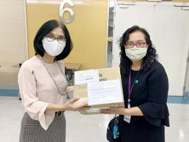 ผู้อำนวยการโรงเรียนพยาบาลรามาธิบดี ให้เกียรติรับมอบ safety goggle หน้ากากอนามัยแบบผ้า และมะม่วง