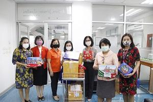 ผู้อำนวยการโรงเรียนพยาบาลรามาธิบดี พร้อมด้วยทีมบริหารโรงเรียนพยาบาลรามาธิบดีให้เกียรติรับมอบหน้ากากอนามัยแบบผ้า หน้ากากอนามัยชนิด N95 แอลกอฮอล์ และขนม จากผู้ช่วยศาสตราจารย์ ร้อยเอกหญิง แพทย์หญิงหฤทัย กมลาภรณ์