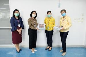 ผู้อำนวยการโรงเรียนพยาบาลรามาธิบดี พร้อมด้วยผู้บริหารโรงเรียนพยาบาลรามาธิบดีให้เกียรติรับมอบบราวนี่ จาก ผู้ช่วยศาสตราจารย์ ดร.สุภามาศ ผาติประจักษ์