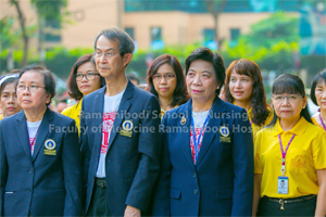 โรงเรียนพยาบาลรามาธิบดีร่วมกิจกรรมพิธีเคารพธงชาติและร่วมร้องเพลงชาติ เนื่องในโอกาสวันคล้ายวันเฉลิมพระชนมพรรษา ร.9 และวันชาติไทย