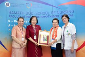 โรงเรียนพยาบาลรามาธิบดี และฝ่ายพัฒนาวิชาชีพการพยาบาลสู่ความเป็นเลิศ ร่วมแสดงความยินดี มอบประกาศนียบัตรและของที่ระลึก