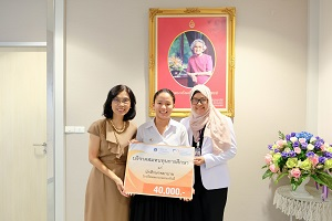 ผู้อำนวยการโรงเรียนพยาบาลรามาธิบดี มอบทุน และแสดงความยินดีแก่ นางสาวภัทราพร ขวาวเดช นักศึกษาพยาบาลชั้นปีที่ 1