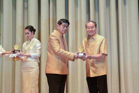 ศาสตราจารย์เกียรติคุณนายแพทย์วราวุธ สุมาวงศ์ รับรางวัลการใช้ภาษาไทยดีเด่น