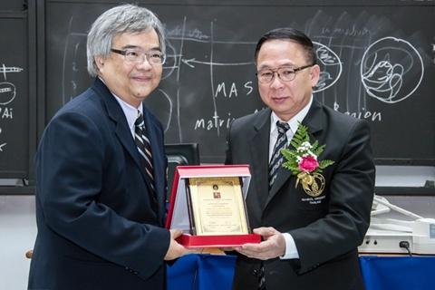 ศ.วินิต ได้รับรางวัลศิษย์เก่าดีเด่นคณะวิทยาศาสตร์ ประจำปี 2555
