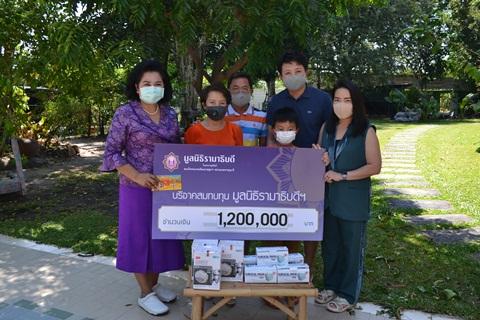 คุณพรพรรณ อ่อนอรรถ และครอบครัว มอบเงินบริจาคเงินแก่มูลนิธิรามาธิบดีฯ ช่วยเหลือผู้ป่วย COVID-19