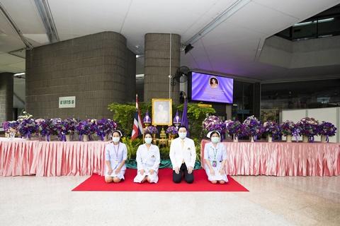 สมเด็จพระนางเจ้าฯ พระบรมราชินี พระราชทานช่อดอกไม้ เพื่อเป็นขวัญและกำลังใจแก่บุคลากรทางการแพทย์ คณะแพทยศาสตร์โรงพยาบาลรามาธิบดี มหาวิทยาลัยมหิดล
