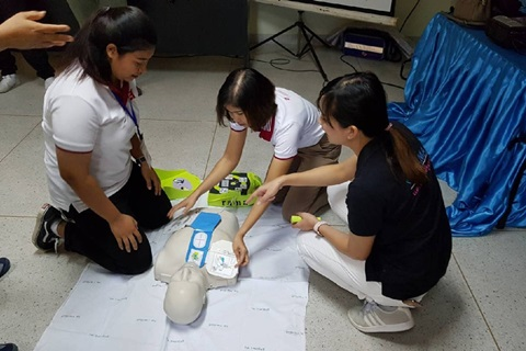 อาจารย์สาขาวิชาการพยาบาลสุขภาพชุมชน ร่วมกับศิษย์เก่าพยาบาลศาสตรมหาบัณฑิต โรงเรียนพยาบาลรามาธิบดี มหาวิทยาลัยมหิดล เป็นวิทยากรอบรมและฝึกทักษะ CPR และการใช้เครื่อง AED ให้กับอาสาสมัครสาธารณสุขประจำหมู่บ้านและผู้นำชุมชน จำนวน 57 คน