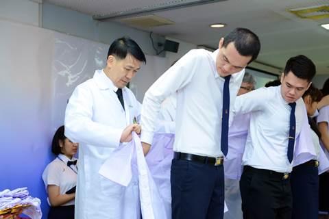 พิธีมอบเสื้อปฏิบัติการทางคลินิกแก่นักศึกษา ชั้นปีที่ 2 หลักสูตรวิทยาศาสตรบัณฑิต สาขาวิชาปฏิบัติการฉุกเฉินการแพทย์