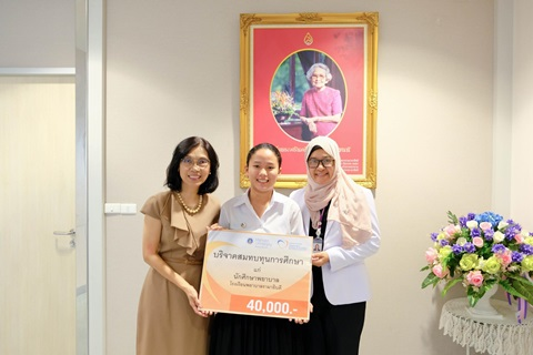ผู้อำนวยการโรงเรียนพยาบาลรามาธิบดี มอบทุนและแสดงความยินดี