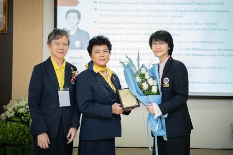 รับรางวัลแพทย์สตรีดีเด่นประจำปี 2563