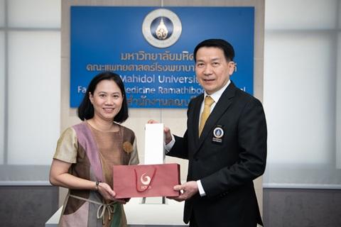 คณบดีมอบของที่ระลึกขอบคุณ บริษัท ปูนซีเมนต์ไทย จำกัด (มหาชน)
